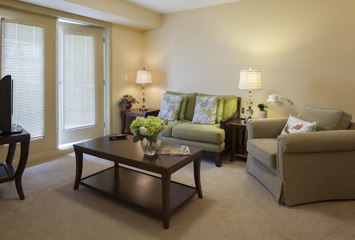 A suite lounge at Pacifica Retirement Residence in Surrey (White Rock)